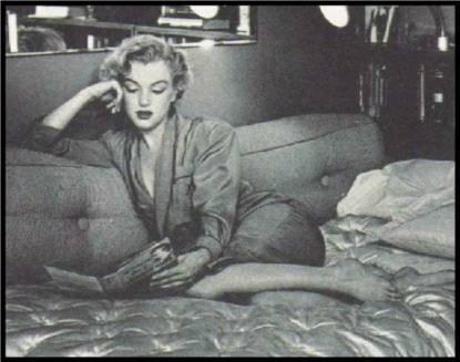 Marilyn Monroe reading 08