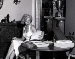 Marilyn-Monroe-reading-cr