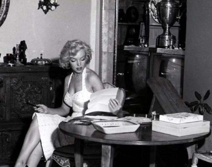 Marilyn-Monroe-reading-cr