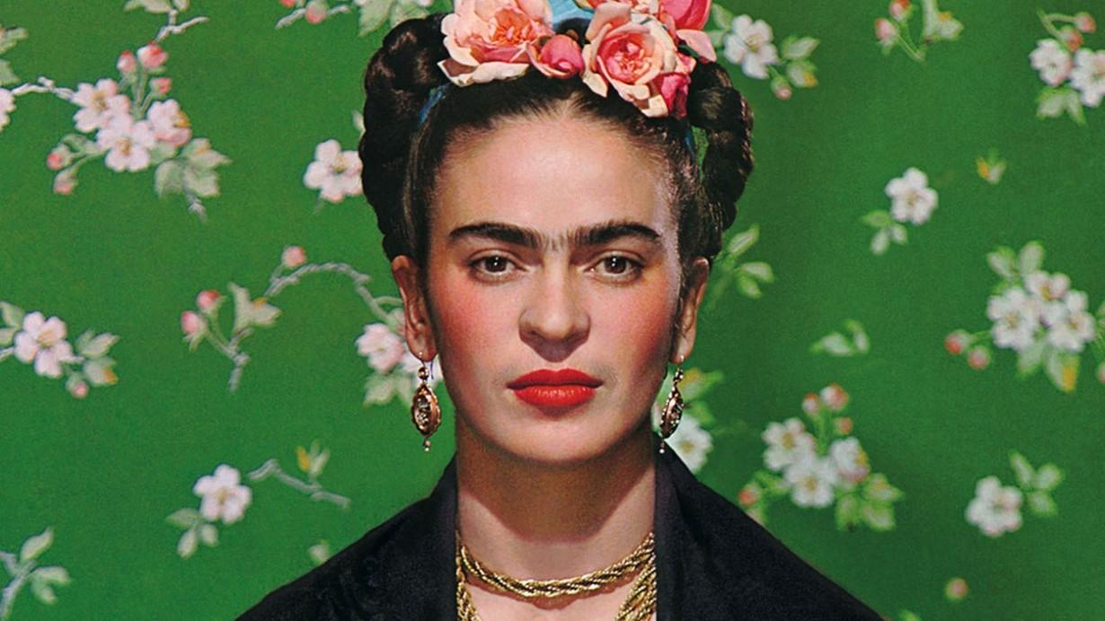 novo Clube do Livro: imagem da exposição da artista Frida Kahlo com o rosto dela
