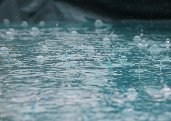 A chuva caindo no chão