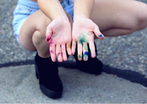 uma pessoa estendendo suas mãos