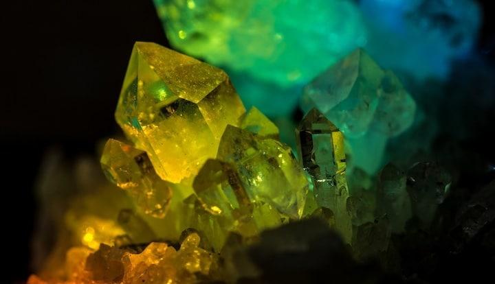 Les utilisations historiques du quartz sont nombreuses : pour ses propriétés physiques dès la préhistoire, mais aussi pour ses vertus thérapeutiques