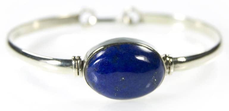 Une bague en Lapis Lazuli, la pierre de l'amitié et de l'amour