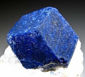 La lazurite est le minéral qui donne sa couleur au lapis lazuli