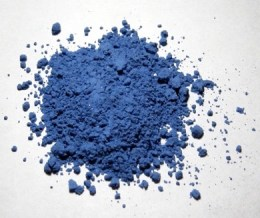 L'outremer véritable, pigment utilisé en peinture, est fabriqué à partir de lapis lazuli broyé
