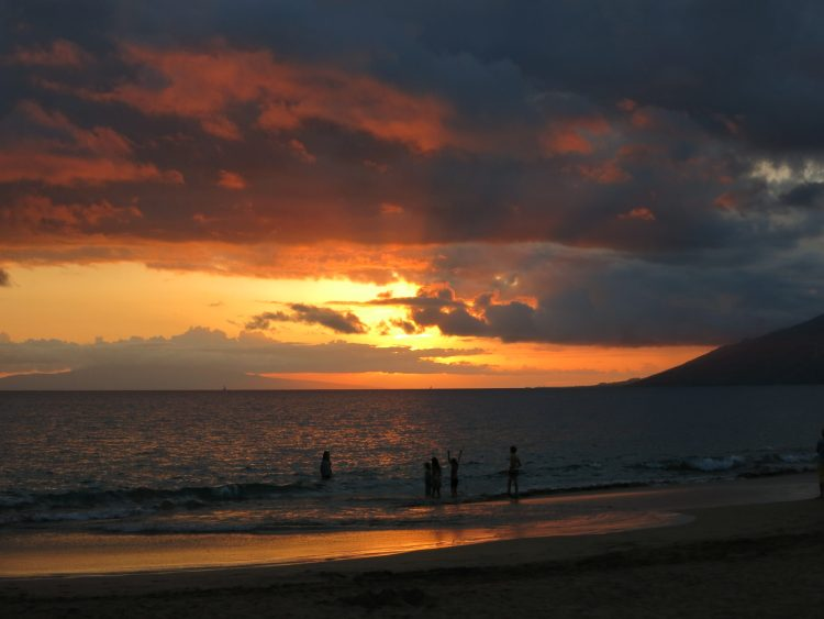 Watch amazing sunsets in Maui #1 of 8 Things To Do In Maui - Read more on the blog to learn what to do in Maui and be inspired! Travel Maui