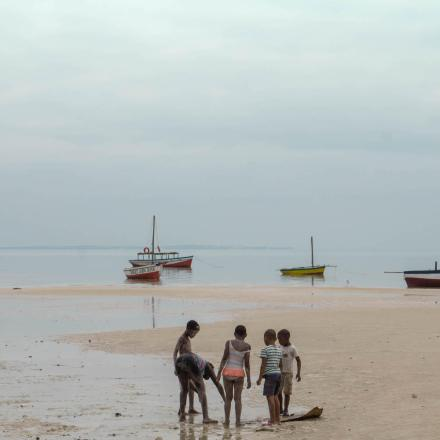 Mozambique-Vilankulos-beach-children