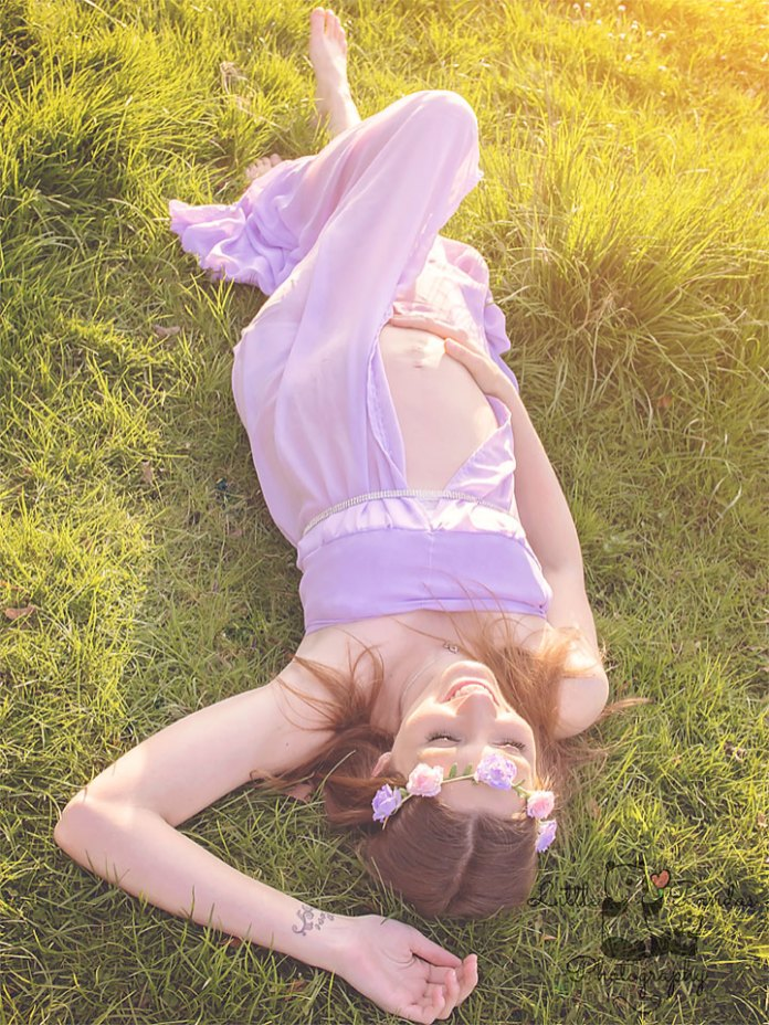 Baby and maternity photography Hythe Kent pregnant Mum laying in grass