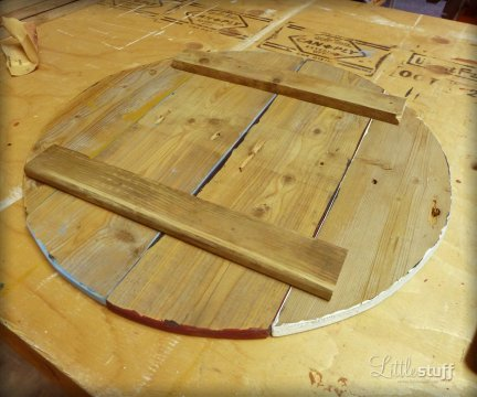 LittleStuff.me: DIY Side Table from Wooden Stool