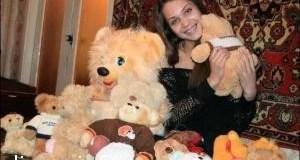 Анастасия Мышалова с подругой собирают мягких мишек