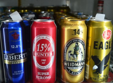 Life in Southeast Asia - Super Strong Beer in Malaysia - Weidmann Extra - Corner Shop