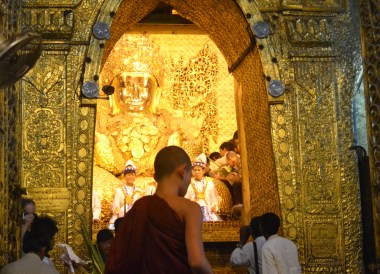 Young Monk at Maha Muni Pagoda, Best mandalay day tour by taxi
