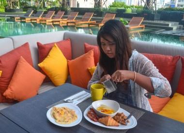 Breakfast by Swimming Pool, Holiday Inn Bangkok Sukhumvit 22