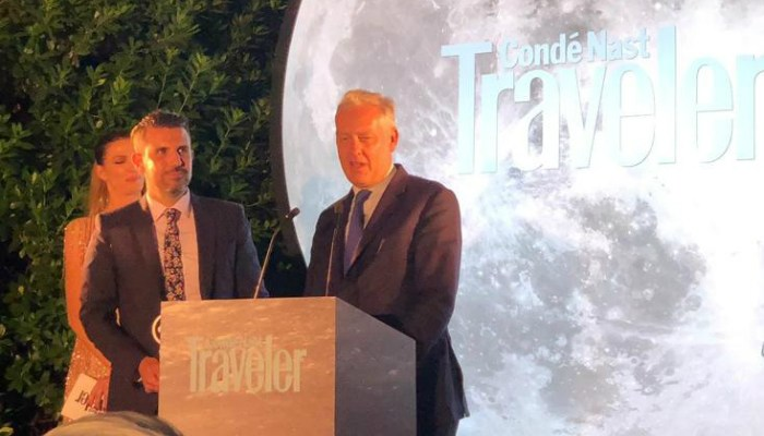 Andy Parkinson from Marketing Manchester and British Ambassador to Spain HMA Simon Manley accept the award in Madrid