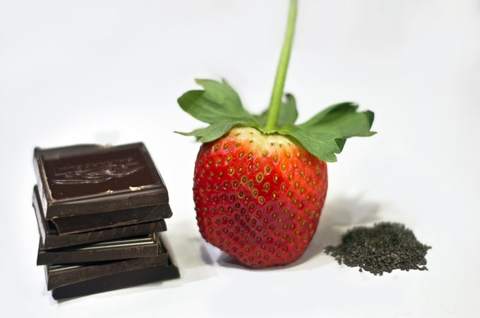 In honor of Valentine's Day, here's a heart healthy Chocolate Covered Strawberry recipe to make for your loved one today!