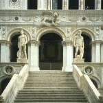 Il Leone della scala dei Giganti. Presto al restauro.