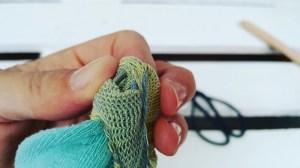 Upcycling-Kescher Drahtstiel am Ende des Sockensaums