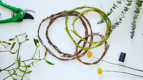 Deko-Kranz aus Naturmaterialien binden Eukalyptus Mistel Blumenstrauß-Reste