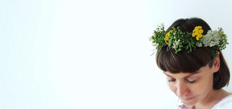 Sommerliche Blütenkränze als Haarkranz und Deko