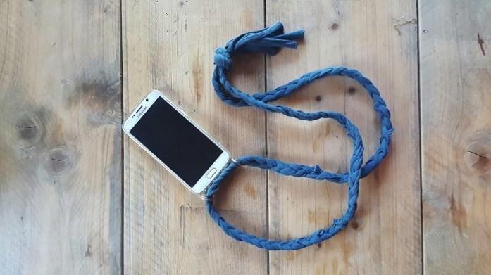 DIY-Phone Necklace aus Altkleidern