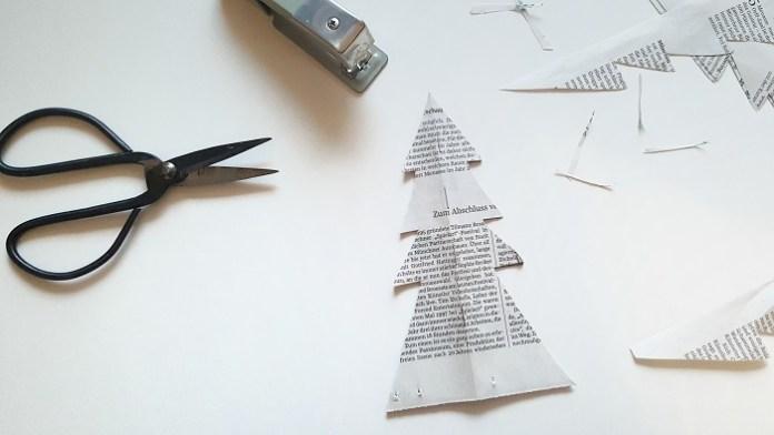 Upcycling-Weihnachtsbäumchen aus alter Zeitung selber basteln