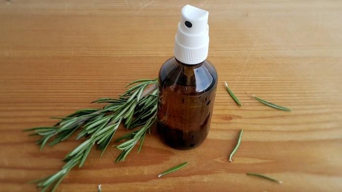 Rosmarin-Gesichtswasser für unreine und reife Haut - einfacher DIY-Toner zum Selbermachen