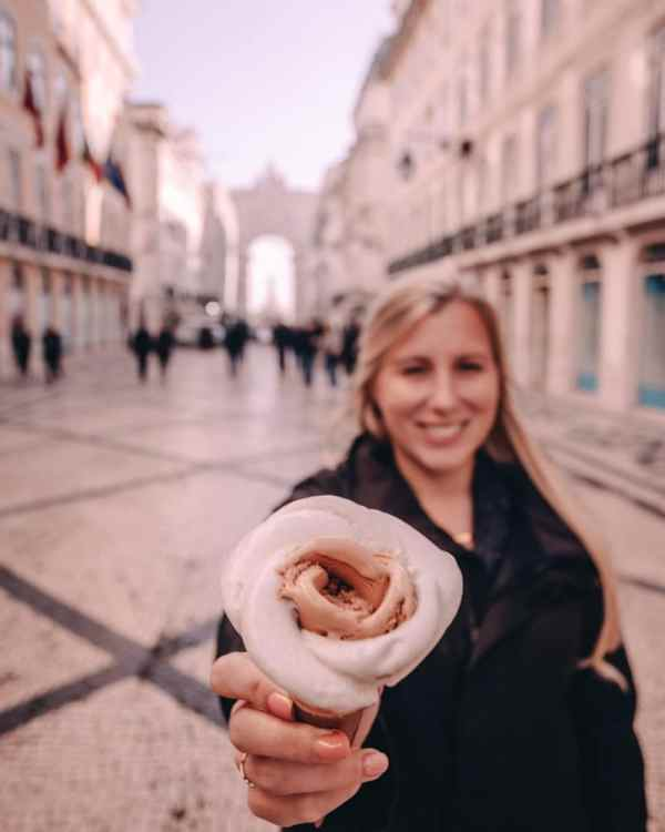 Rose ice cream in Lisbon. Find the best places in Lisbon for Instagrammable photos and when to go to get them to yourself!