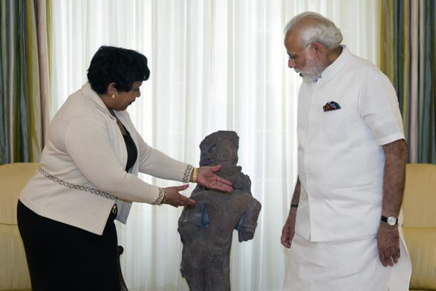 Attorney general Loretta Lynch and Prime Minister Narendra Modi look at a statue made from red sandstone, during a ceremony marking the repatriation of over 200 artifacts to the Indian government, in Washington. Photo: AP