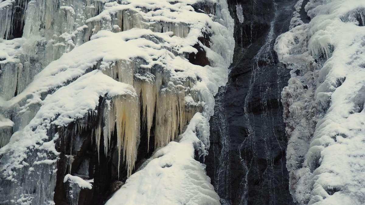 Waterfall super close up - rustic cabin in Leavenworth
