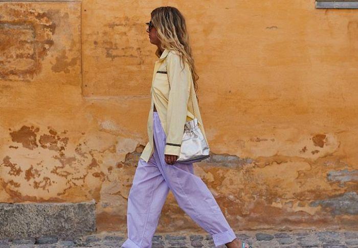 Τα φαρδιά παντελόνια είναι hot trend κι αυτοί είναι οι τρόποι για να τα φορέσετε