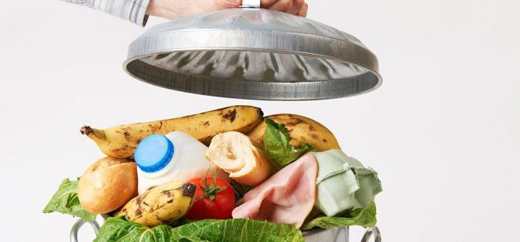 Οι Έλληνες πετούν πάνω από 1 εκατ. τόνους τροφίμων στα σκουπίδια ετησίως