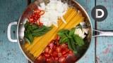 Έφτιαξε μια λαχταριστή μακαρονάδα ρίχνοντας μακαρόνια και κρεμμύδια στο τηγάνι! (Βίντεο)