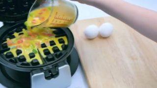 Έριξε στην βαφλιέρα αυγά, ντομάτα και πιπεριά. Ο Λόγος; θα τρέξετε να το κάνετε και εσείς! (Video)