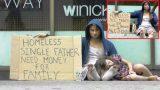Άστεγος άνδρας ζει στους δρόμους με την κόρη του, αλλά μόλις δείτε πως τους συμπεριφέρονται… (Βίντεο)