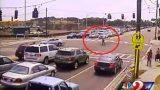Μοτοσικλετιστής προσγειώνεται… όρθιος μετά από τροχαίο (Video)