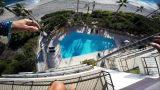 Βουτιά στην πισίνα ξενοδοχείου από τον 5ο όροφο (Video)