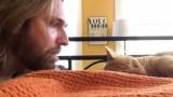 Άνδρας «εκδικείται» τον γάτο του που τον ξυπνά καθημερινά στις 4 τα χαράματα