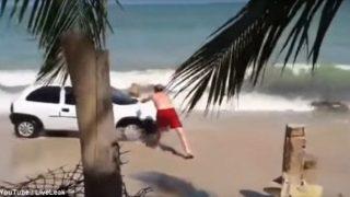 Οδηγός «γκαζώνει» πάνω στην παραλία και πατέρας απαντά πετώντας του ένα βράχο