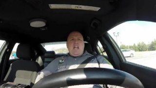 Αυτός ο αστυνομικός ξέχασε τη κάμερα του περιπολικού ανοιχτή. Δείτε αυτή τι κατέγραψε!!! [Βίντεο]