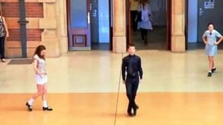 Ξεκίνησε να Χορεύει μέσα στον Σιδηροδρομικό Σταθμό. Μετά από λίγα Δευτερόλεπτα; Άφησε τους ΠΑΝΤΕΣ με Ανοιχτό το Στόμα!