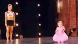 Μικροσκοπική μπαλαρίνα ακολουθεί την μαμά της στην Σκηνή… MHN πάρετε τα μάτια σας από τα πόδια της!