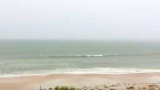 Χάζευε τα Κύματα της Θάλασσας κατά τη διάρκεια μιας Καταιγίδας. Αυτό που αντίκρισε δευτερόλεπτα μετά, τον έκανε να Παγώσει! (video)