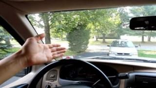 Πώς γίνεται το τέλειο καθάρισμα του παρμπρίζ από μέσα (Video)