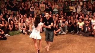 Την τράβηξε να χορέψουν μπροστά σε πολύ κόσμο! Αυτή τι έκανε; Κάτι το φανταστικό! (βίντεο)