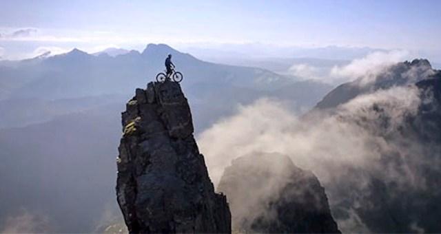 Αυτός ο ποδηλάτης κάνει την πιο ριψοκίνδυνη βόλτα της ζωής του (Βίντεο)