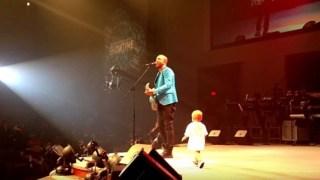 Ο Μπαμπάς την ώρα που έπαιζε LIVE, είχε έναν απροσδόκητο επισκέπτη μαζί του στη σκηνή που έκανε το πλήθος να παραληρεί!