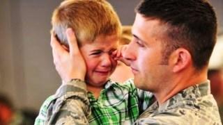 Μπαμπάδες που βρίσκονται πολλούς μήνες μακρυά από τις οικογένειες τους, κάνουν μια εμφάνιση έκπληξη στους αγαπημένους τους