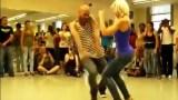 Ένα ζευγάρι αποφάσισε να κάνει επίδειξη των ικανοτήτων του στο χορό. Η κοπέλα όμως με τον εντυπωσιακό χορό της έκλεψε τις εντυπώσεις (Βίντεο)