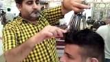 Ο «Ψαλιδοχέρης» Μπαρμπέρης από το Πακιστάν κουρεύει με 15 ψαλίδια ταυτόχρονα και χρεώνει το κάθε κούρεμα μόλις 1,50 ευρώ (Βίντεο)